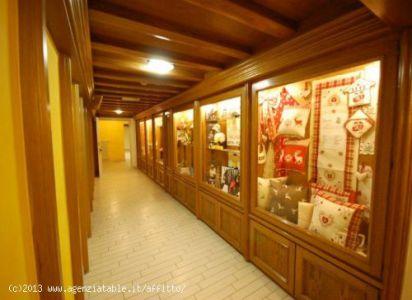 vetrine di negozi a Corvara