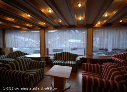 zona divani soggiorno con vista su Corvara (sud)